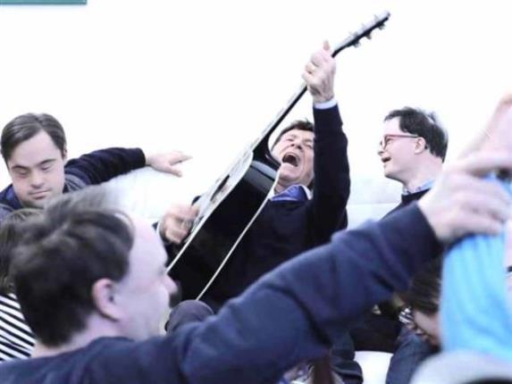 Gianni Morandi Canta Con I Ragazzi Down